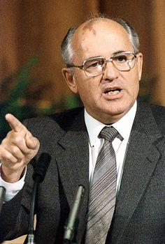 Mijaíl Gorbachovnota 1 (Stávropol, Unión Soviética, 2 de marzo de 1931) es un abogado y político ruso que fue secretario general del Comité Central Partido Comunista de la Unión Soviética desde 1985 hasta 1991 y jefe de Estado de la Unión Soviética de 1988 a 1991. Recibió el Premio Nobel de la Paz en 1990 y actualmente es líder de la Unión de Socialdemócratas,1 un partido formado después de la disolución oficial del Partido Socialdemócrata de Rusia en 2007.
