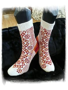 Latvian inspired sock pattern. The traditional pattern is use on the front side, and there are ribbing in 2 colors on the back side.