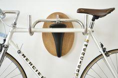 """もしも壁に釘が打てたなら (2):お部屋リフォームDIY """"サドルとハンドルでできた優雅なバイクラック""""by Andreas Sheiger"""