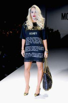 Rita Ora 'desfila' na passarela da Moschino para encontrar seus assentos na primeira fila