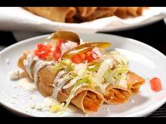 Tacos dorados de pollo. Sabrosa receta tradicional de la cocina diaria del Estado de Nuevo León. Ideal para almuerzo, comida o cena