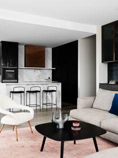"""Luksusowy penthouse z widokiem na morze? To już brzmi dobrze. A gdy dodacie do tego piękne, wysmakowane meble i wyrafinowany gust projektantów z pracowni """"We are huntly"""" wyjdzie połączenie niemal idealne."""