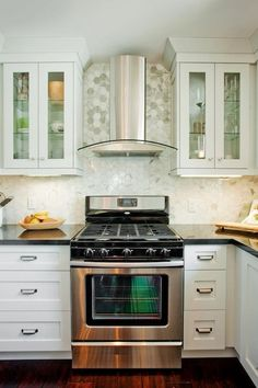 Gorgeous contemporary kitchen with polished carrara marble hexagon tile kitchen backsplash. White Kitchen Decor, White Kitchen Cabinets, Kitchen Hoods, Kitchen Backsplash, Kitchen Interior, Kitchen Dining, Rock Backsplash, Mirror Backsplash, Beadboard Backsplash