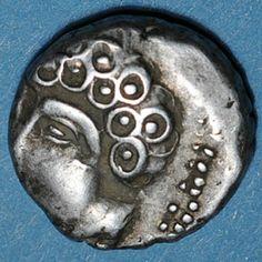 """Monnaie gauloise des Séquanes. - CESAR ET LA GAULE, 6:""""... Le pays habité par les Gaulois commence au Rhône, et est terminé par la Garonne, l'Océan et les frontières des Belges, du côté des SEQUANES et des HELVETES, il va jusqu'au Rhin, il est situé au nord . Celui des BELGES commence à l'êxtreme frontière de la Gaule et est borné par la partie inférieure du Rhin; il regarde le N et l'Orient..."""""""