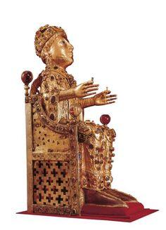 Statue reliquaire de sainte Foy  Statue conservée à l'abbaye de Conques (XIe-XIIe siècle), dans l'Aveyron. Cette abbaye possède le plus important trésor médiéval conservé en France. Relique doré incrustée de joyaux représentant un homme portant une couronne et vêtu d'une tenue riche assis sur un trône. Romanesque Architecture, Architecture France, Sainte Foy, Ottonian, Carolingian, Rhone, Statue, Sculptures, Important