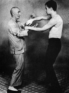Yip Man training Bruce Lee in Wing Chun. I love Wing Chun. Wing Tsun Kung Fu, Bruce Lee Workout, Bruce Lee Training, Wing Chun Ip Man, Bruce Lee Master, John Depp, Bruce Lee Martial Arts, Bruce Lee Quotes, Chinese Martial Arts