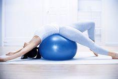Esercizi di stretching e posizioni yoga per alleviare i dolori al coccige (coccigodinia) e rilassare quest'area con movimenti semplici ed efficaci Pose Yoga, Yoga Fitness, Health Fitness, Belly Fat Workout, Aikido, Jogging, Relax, Poses, Gym Equipment