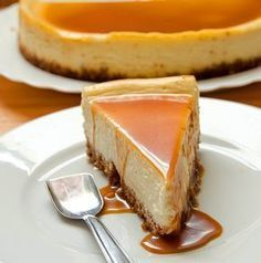 A rich, silky and delicious white chocolate cheesecake with amaretto caramel sauce. It& pure decadence in every single bite! Cheesecake Caramel, Chocolate Cheesecake, Amaretto Cheesecake, Cheesecake Desserts, Lime Cheesecake, Cake Recipes, Dessert Recipes, Cuisine Diverse, Savoury Cake