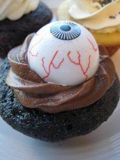 Halloween eyeball cupcakes are super easy to decorate! The kids can help too. Theyll squeal with delight at the thought of Halloween eyeball cupcakes! creepy food for halloween Pumpkin Oatmeal Muffins, Pumpkin Chocolate Chip Muffins, Pumpkin Cupcakes, Halloween Eyeballs, Halloween Treats, Halloween Fun, Halloween Baking, Halloween Foods, Halloween Images