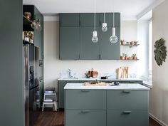Create a timeless makeover for your kitchen Best Paint For Kitchen, Kitchen Paint, Kitchen Cabinets And Cupboards, Painting Kitchen Cabinets, Tidy Kitchen, New Cabinet, Knobs And Handles, Mid Century House, Kitchen Colors