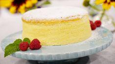 Alla som älskar lätta desserter och kakor kommer att älska detta recept. En japansk cheesecake är en superfluffig kaka som fullkomligt smälter i munnen. Servera den gärna med rårörda eller färska bär. Munnar, Sour Cream, Vanilla Cake, Nom Nom, Dishes, Sweet, Lchf, Food, Grilling