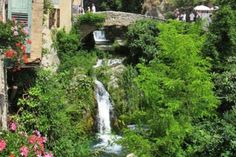 Romantik pur: Moustiers-Sainte-Marie schmiegt sich an die Felsen