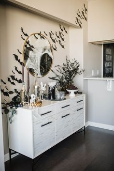 If you're planning on hosting a party, you're going to want to take notes today! Here's how to host a sophisticated Halloween party. Halloween Room Decor, Chic Halloween, Diy Halloween Decorations, Halloween House, Holidays Halloween, Halloween Party, Vintage Halloween, Halloween 2020, Halloween Halloween