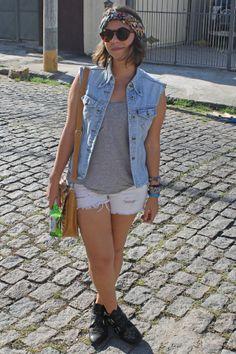 Colete jeans Brechó Frei Luiz, R$ 5,00; • Regata cinza C&A, R$ 29,90; • Short jeans (que era uma calça) C&A, comprada no Meninas e Mulheres do Morro, R$ 6,00; • Bota C&A, R$ 49,90; • Bolsa Rebello (Saara), R$ 25,00;