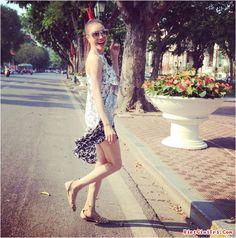 Mùa hè là thời điểm mà kiểu giày sandal lên ngôi đặc biệt là giày sandal đế bệt. Với kiểu dáng đế bệt tuy thấp nhưng không  bất tiện như giày cao gót và đồng thời giúp bạn gái tự tin hơn khi đi lại và không bị đau nhức bàn chân. Ngoài việc đem lại sự thoải mái, thoáng mát cho đôi chân sandal đế bệt cũng dễ kết hợp với trang phục mùa hè