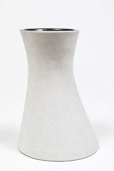 GEORGES JOUVE Vase asymétrique en faïence blanche et noire. Signé. Haut. 25 cm   Cabinet de Céramiques de François Cornette de Saint Cyr