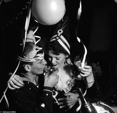 36 Fantastic Vintage Photos of Show Young Americans Greeting The New Year