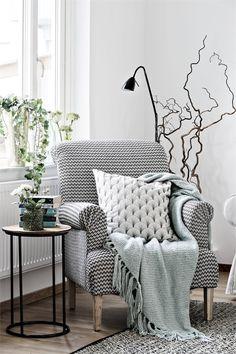 Deux appartements, un fauteuil noir et blanc