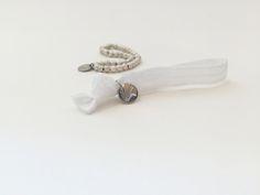 Schneeweisse elastische Armbänder. Lässt sich ganz einfach über das Handgelenk streifen, sind leicht und sehr angenehm zu tragen! #braclets #elastic #pearls #armbänder #perlen #DPbeanies