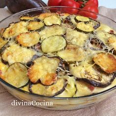 Receta de pastel de berenjenas y calabacines This eggplant and zucchini cake is easy to prepare and the result is a fancy dish despite its simple ingredients. Vegetable Recipes, Vegetarian Recipes, Cooking Recipes, Healthy Recipes, Good Food, Yummy Food, Tasty, Eggplant Recipes, Food And Drink