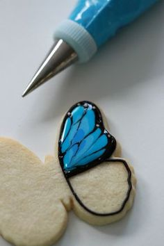 How-to video and post on how to decorate butterfly cookies with royal icing. Fancy Cookies, Iced Cookies, Cute Cookies, Easter Cookies, Royal Icing Cookies, No Bake Cookies, Cupcake Cookies, Cookie Favors, Heart Cookies