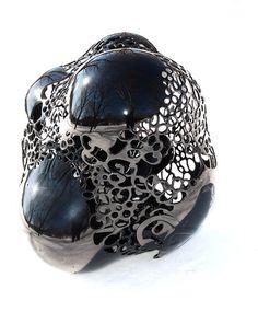 """乾漆技法を主体に作品制作をしている渡辺希さんの""""secret""""という作品。細かい造形でとても美しいです。漆というとやはり塗料の印象が強いのでこういった作品をみると新鮮だなと感じます。"""