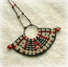 Collier de macramé de bijoux de mode en noir, blanc et rouge, perles.