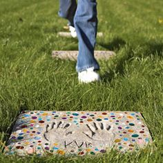 Great craft idea for your garden! A step by step guide on how to make your stepping stones with your childrens' hand prints!