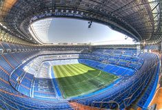 Real Madrid's stadium is in the Paseo de la Castellana in the Chamartin district (Madrid) and is well connected with the rest of the city. You can get easily to the Santiago Bernabeu using metro or bus. Soccer Stadium, Stadium Tour, Football Stadiums, Real Madrid Football Club, Real Madrid Soccer, Stadium Architecture, Santiago Bernabeu, Cristiano Ronaldo, Places To Visit