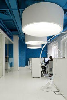 Креативное оформление офиса - синий потолок с большими белыми цилиндрическими светильниками - фото 1
