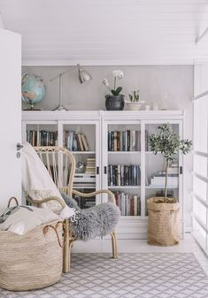 yläkerran aula - Uusi Kuu Home Living Room, Living Room Decor, Inside A House, Hygge Home, Glass Cabinet Doors, Beautiful Interior Design, Küchen Design, Interior Inspiration, Decorating Your Home