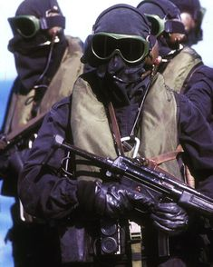 Members of the Special Boat Service (SBS) on an exercise with the Royal Navy (RN) wearing the famous Sea Kit Special Air Service, Special Ops, Special Forces Gear, Military Special Forces, Marine Commandos, Police, British Armed Forces, Royal Marines, Military Pictures