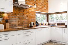 Modna aranżacja kuchni: cegła, drewno i farba tablicowa