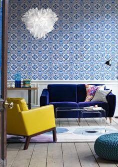 Papier peint Azulejos Cobalt - Designers Guild. Signé Christian Lacroix, ce papier peint instaurera l'ambiance lumineuse des palais Lisboètes à toute pièce qui le recevra.