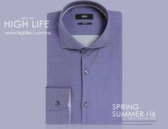 Acentúa tu imagen vistiendo una camisa lisa en azul, el equilibrio perfecto entre porte y sencillez. #HugoBoss