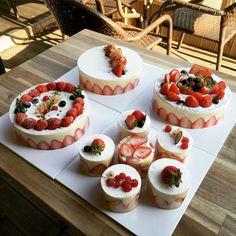「 오늘 #카페지니 에서 #프레지에 수업듣고 왔어용 . 넘 이뻐서 테라스에서 #떼샷 쌤께 제일 이뻐요. 쌤 최고예용 ❤️ #fraisier #딸기케이크 」