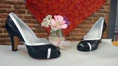 Estos zapatos gustan mucho porque hacen unas piernas muy estilizadas. por el corte que tiene en los costados, además de quedar muy elegantes puestos.