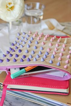 DIY: studded zipper pouch - your-craft.co