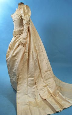 1890 CREAM SILK WEDDING GOWN WITH SEPARATE SILK/LACE LINED TRAIN