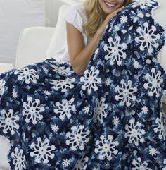 If you're relatively new to the world of crochet afghans, you might enjoy trying your hand at this Easy Peasy Worsted Afghan. This free crochet afghan would make a great baby blanket! Christmas Crochet Blanket, Holiday Crochet, Christmas Afghan, Christmas Mom, Christmas Angels, Christmas Bells, Christmas Colors, Xmas, Crochet Afgans
