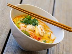 Thai shrimp or chicken soup - cuisine - Chicken Recipes Easy Chinese Recipes, Asian Recipes, Healthy Recipes, Ethnic Recipes, Soup Recipes, Chicken Recipes, Cooking Recipes, Soup Appetizers, Asian Soup