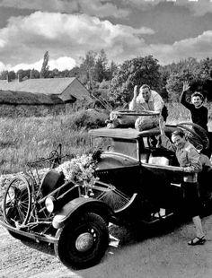 The car of the summer holidays 1945 Robert Doisneau