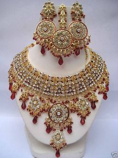 Fulfill a Wedding Tradition with Estate Bridal Jewelry Bridal Jewellery Inspiration, Indian Bridal Jewelry Sets, Pakistani Jewelry, Bollywood Jewelry, Stylish Jewelry, Luxury Jewelry, Marriage Jewellery, Indian Necklace, Emerald Jewelry