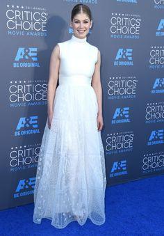 Pin for Later: Vom Bond Girl zum Gone Girl: Rosamund Pike's Verwandlung Rosamund Pike Für die Critics' Choice Movie Awards im Januar 2015 wählte die Schauspielerin einen verträumten Look von Valentino Couture.