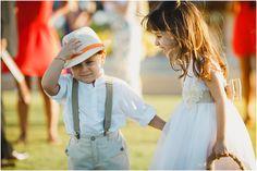 As crianças são sempre incríveis nos casamentos. Basta observar elas melhor que sempre podemos fazer uma foto legal.  ➡️ https://arthurrosa.com/casamento-annika-raphael-vila-selvagem-fortim/?utm_content=buffer098e1&utm_medium=social&utm_source=pinterest.com&utm_campaign=buffer