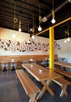Construido en 2014 en Los Angeles, Estados Unidos. Imagenes por Undine Pröhl . El equipo de cocineros formado por el matrimonio de Michael y Kelly Kim, encargó un espacio alineado con su misión de ofrecer una cocina deliciosa y...