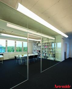 Quer gehangene #Absolu Leuchten in Großräumen betonen die Dimension der Breite.