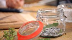 Domácí šalvějové bonbony — Recepty — Herbář — Česká televize Nordic Interior, Healing Herbs, Pesto, Mason Jars, Korn, Remedies, Homemade, Healthy, Kitchen