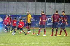 HEB 07.  Hebron (---), 03/08/2013.- Los jugadores del FC Barcelona participa en una sesión de entrenamiento con los niños palestinos en el estadio de Dura, en Hebrón, Cisjordania, 03 de agosto de 2013, durante el guisante de FC Barcelona