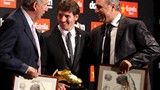 FC Barcelona's Argentinian striker Lionel Messi (C) poses with the Golden Boot award next to former soccer players, Carles Rexach (L) and Bulgarian Hristo Stoichkov - FIFA.com